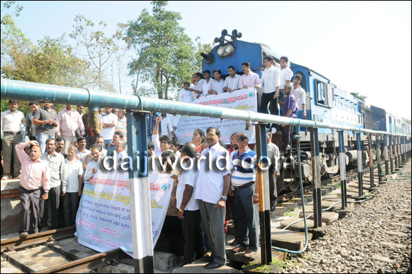 Rail Roko prtest against Yettinahole Diversion Photo: Daiji World