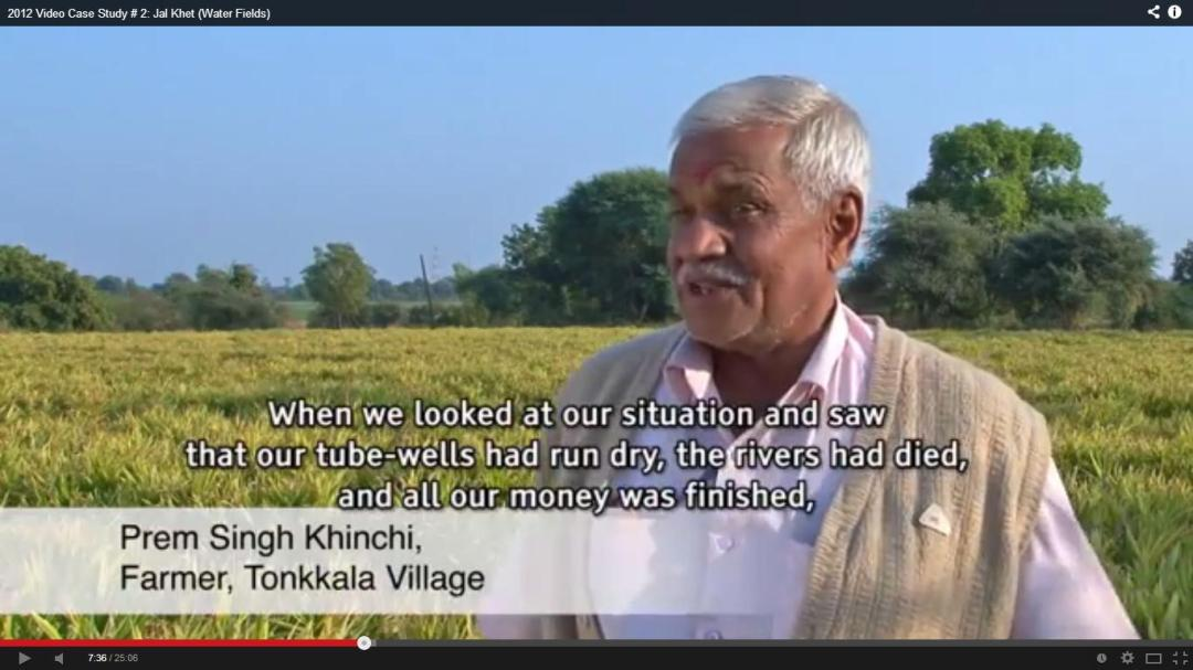A farmer of Malwa describing the problem and solution, the result can be seen in the background, from film Jal Khet