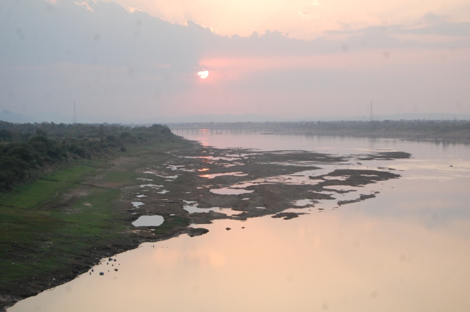 Narmada river be between Kasrawad and Rajghat Photo: Pancham Choyal, Badwani Bureau chief of Patrika