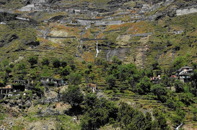2.Leakages in the surge shaft of the 231 MW Chamera III tunnel just above the Mokhar village in Chamba