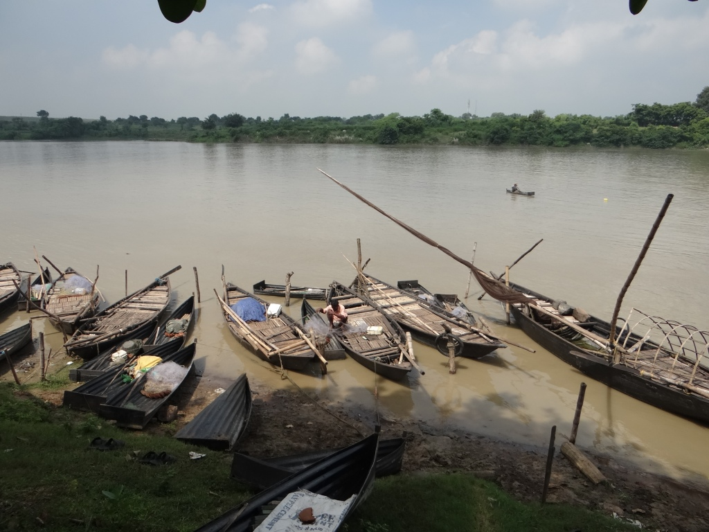 Hilsa FIshing upstream Farakka is nearly finished as the fish cannot overcome the huge obstacle. Fisherfolk have taken to fishing in the feeder canals where too the catch is meager Photo: Author