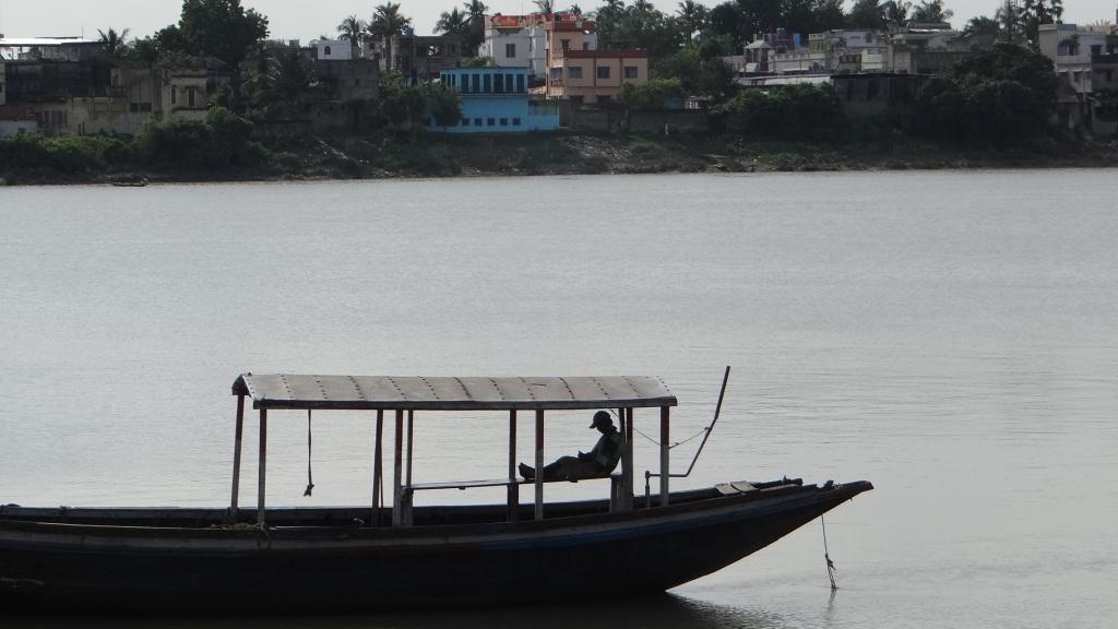 The Hooghly-Ganga in Kolkata carries 40,000 cusecs water which has been divereted into Hooghly from Ganga at the Farakka Barrage Photo: Parineeta Dandekar, SANDRP