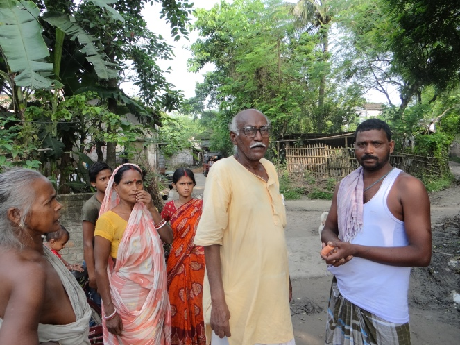 Kedarnath Mondal, a noted activist working on issues related to Farakka Barrge, discussing with fisherfolk