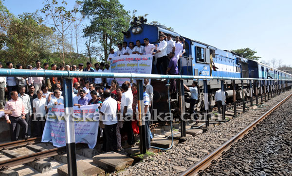 Protesters stopping  a train Photo: News Karnataka