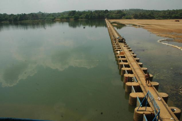 Drying Thumbe Dam which supplies water from Netravthi to Mangalore town Photo: The Hindu