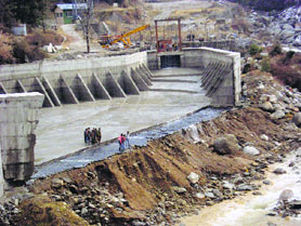 The damaged reservoir of Aleo Manali Hydropower Project. (http://www.tribuneindia.com/2014/20140113/himachal.htm)