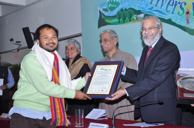 Akhil Gogoi receiving Bhagirath Prayas Samman award from Just Madan Lokur of SC 261114