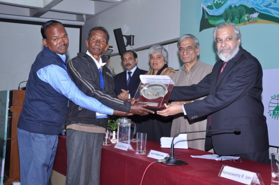 KKJS Activists receiving Bhagirath Prayas Samman Award from Justice Madan Lokur 261114