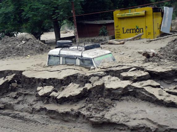 Vehicle drowned in muck, much of it dumped by Srinagar Dam in Garhwal, Uttarakhand Floods, 2013. Photo: Kavita Upadhyay, The Hindu