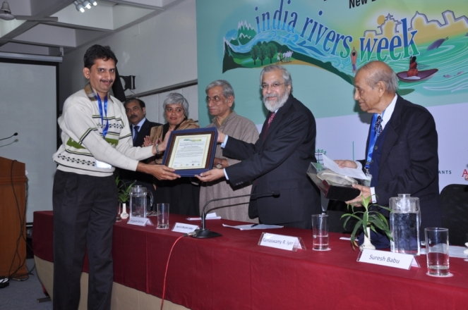 Ravi receiving Bhagirath Prayas Samman Award on behalf of Dr. Latha, from Justice Madan Lokur