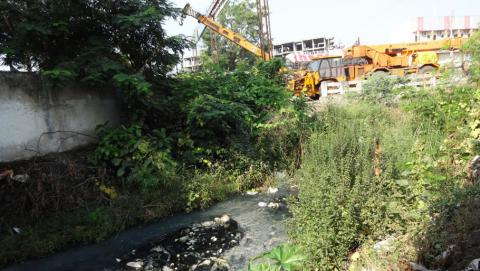 Polluted and encroached Nag River of Nagpur Photo: Down to Earth