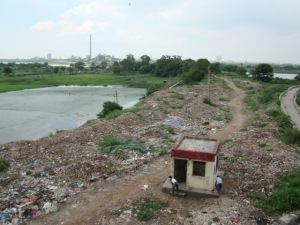 Photo showing dumping of muck on natural water body in Yamuna (Photo by Manoj Misra)