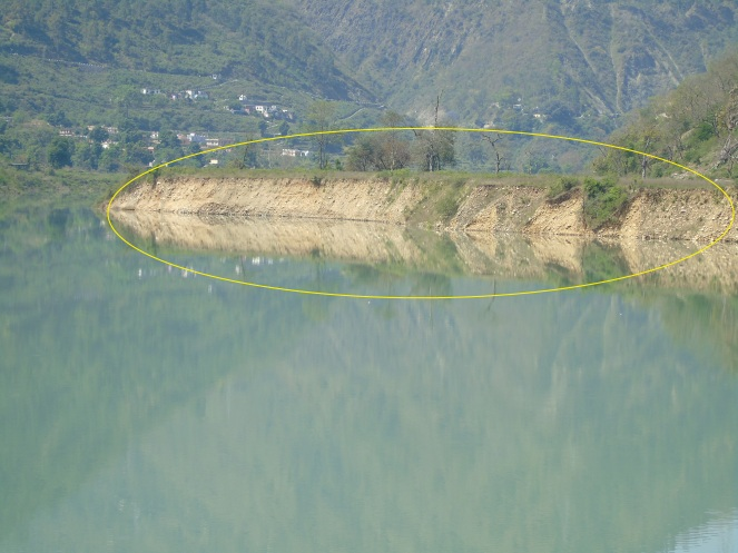 Soil erosion  along the dam reservoir close to Dhari village (Photo by Author taken on 05.05.2015)
