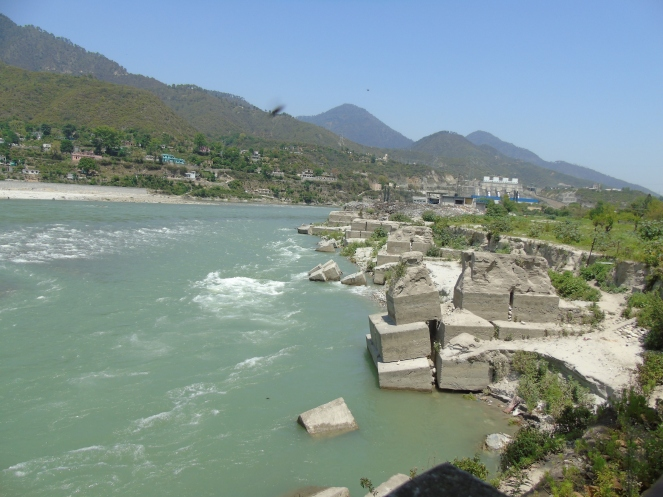 Sinking boulders near the Sringar town (Photo by author on 05.05.2015)