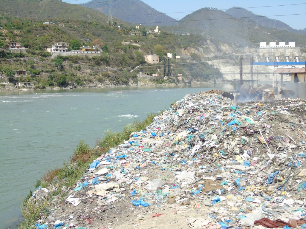 Huge dump of waste lying on Alaknanda bank (Photo by Author taken on 05.05.2015)