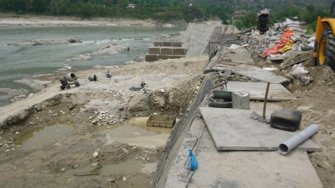 चित्र-3 अलकनंदा नदी के किनारे सुरक्षा दिवार