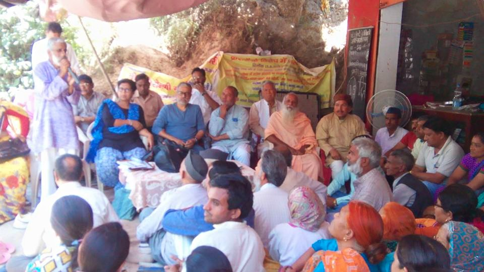 Vijay Jadhari crusader behind 'Beej Bacho Andolan' addressing Maltha villagers on occasion of Shaila Devi Paryavaran Puruskar
