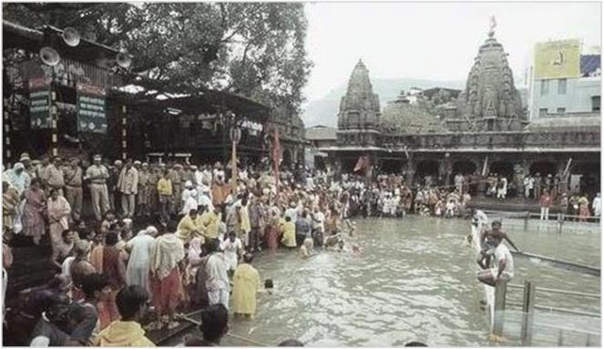 Pilgrims taking holy dip at Kushavarta in Trimbakeshwar Photo: Nashikkumbh.com