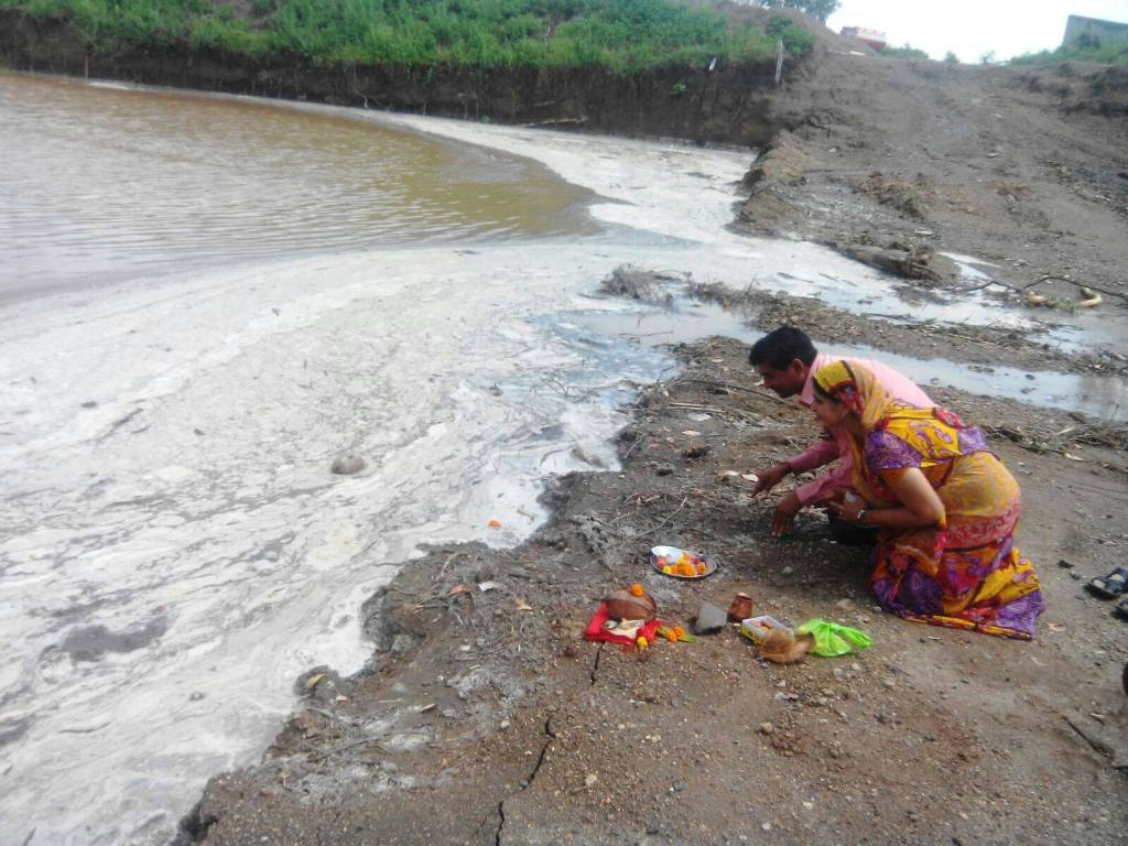 Worshipping a full stream in Osmanabad, Naygaon. Photo sent to Suneel Joshi, Jalbiradari by local farmers