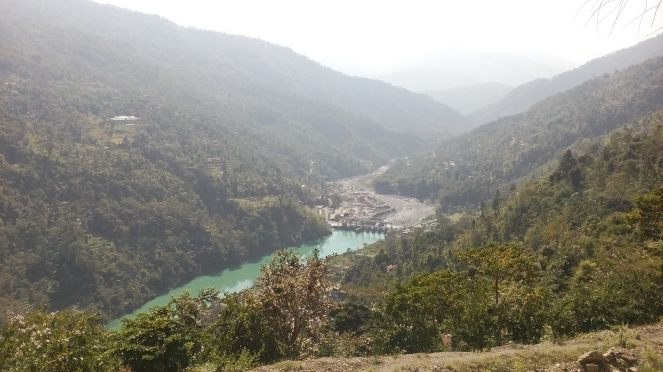 Jorethang Loop HEP: the stagnant reservoir water upstream of the dam and almost dry riverbed downstream of the dam can be seen (Photo by Mona Chettri)