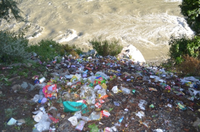 Waste reaching river at Kharadi