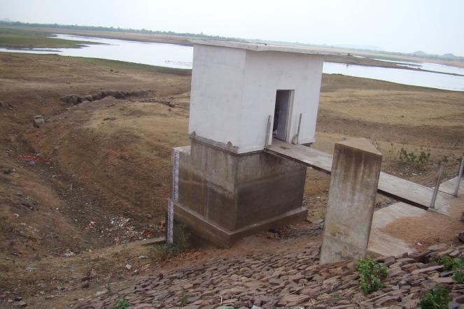 Dam at dead storage level in June 2016 (Photo by Manoj Misra)