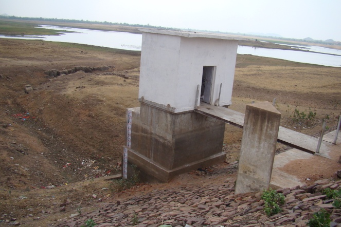 Dam at dead storage level in June 2016 (Photo by Manoj Misra)