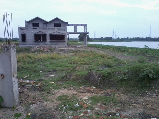 Illegal construction on East Kolkata wetlands close to EM bypass (Photo by Pravash Mallick)