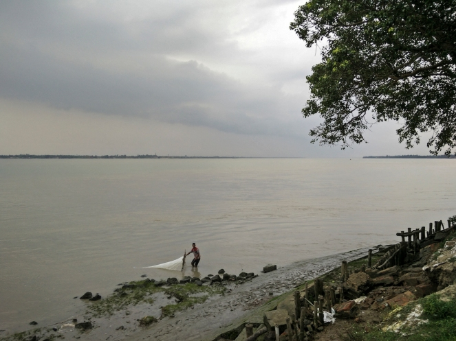 In places along the feeder canal from the Farakka Barrage, an increased frequency of ships to the Thermal Power Plants has resulted in rapid soil erosion