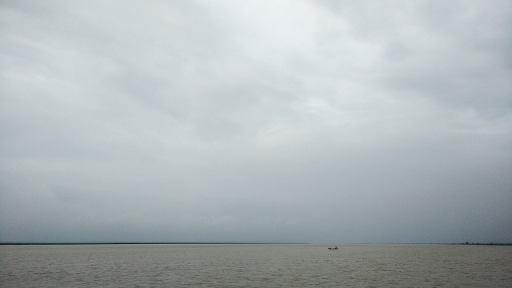 Small country boats near Farakka. Wonder what large waves from huge vessels will do to these (Photo by Veditum)