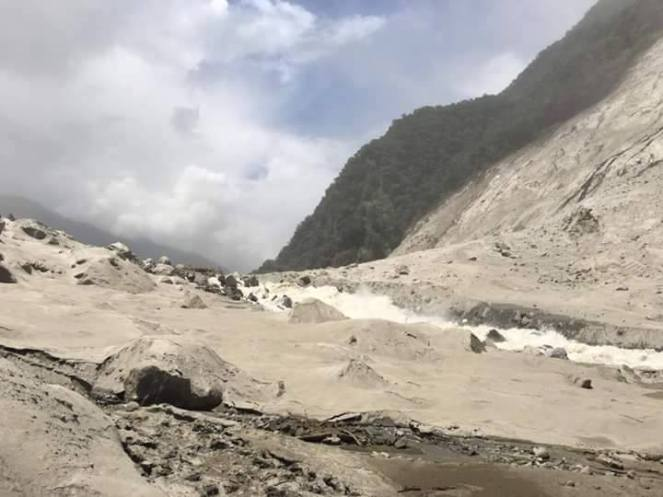 Water overflowing from landslide dam (Photo from Darjeeling Chronicle)
