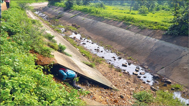 Poor quality canal lining at Amborha Lift Irrigation Scheme (Photo: The Hitavada)