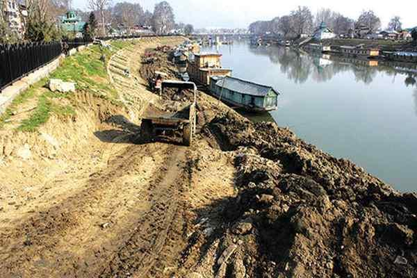 Enchroachment on Jhelum (Photo: Kashmir Monitor)