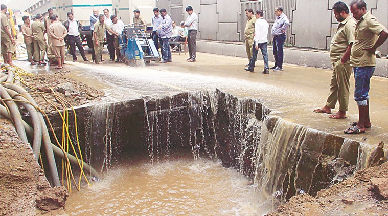 Pipeline in Dadar (Mumbai) leaking in August 2016 (Photo: Indian Express)