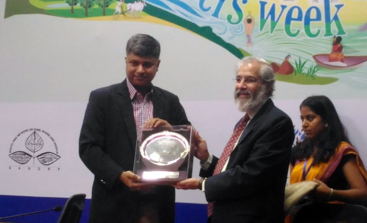 ritwick-dutta-left-receives-the-bhagirath-prayas-samman-at-india-rivers-week