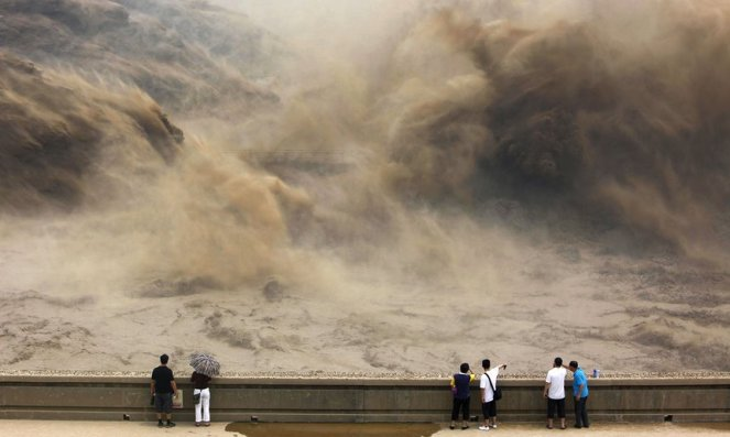 visitors-gather-to-watch-giant-gushes-of-water-released-from-the-xiaolangdi-dam-on-the-yellow-river-in-jiyuan-china