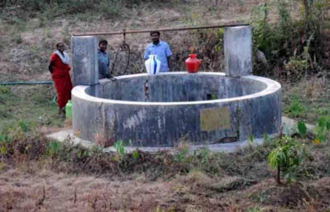 residents-of-chittur-going-collecting-water-at-a-well-at-chittur-near-palakkad-copy
