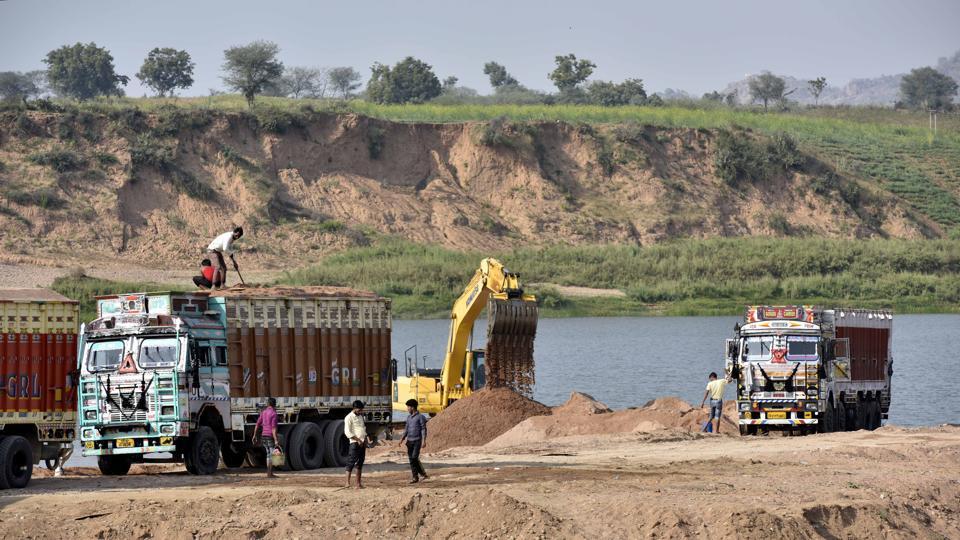sand-mining-on-the-banks-of-the-ken-river-in-kartal-village-bandha-in-uttar-pradesh-copy