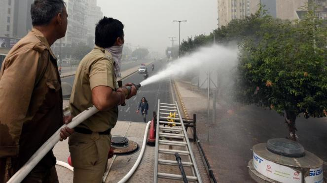 NGT had asked Delhi govt to identify one of the most polluted areas in the city and spray water from a height there (Sonu Mehta, HT FILE)