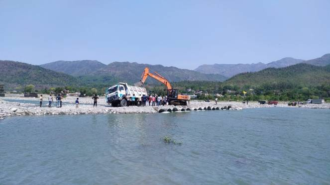 Miners create illegal bridge on Yamuna at Haripur, Vikas Nagar
